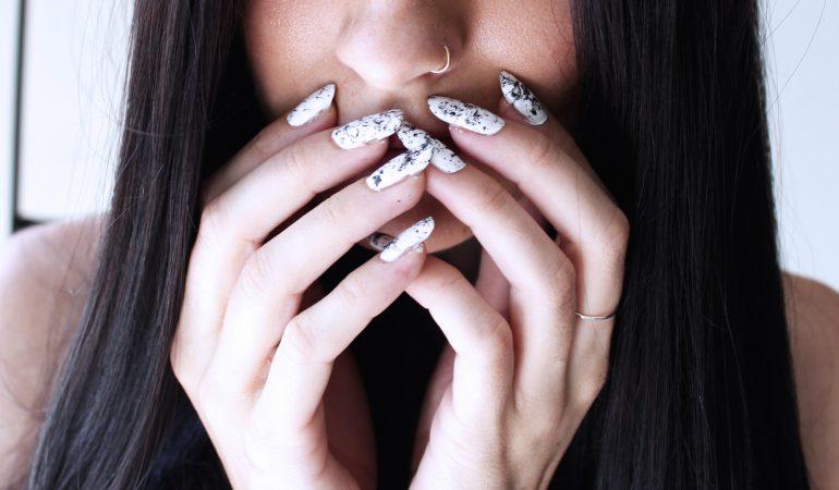 Sommerhit – marmorierte Nägel. Wie machen Sie eine Marmor-Maniküre?