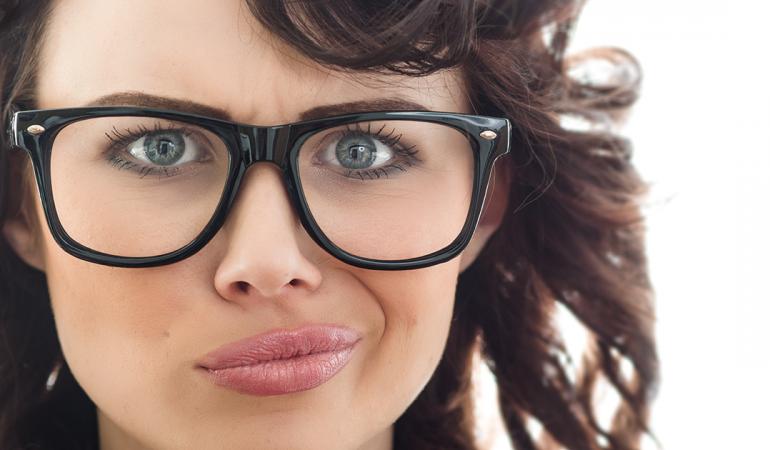 Augenbrauen und Brille: Brillenränder wählen und Augenbrauen schminken