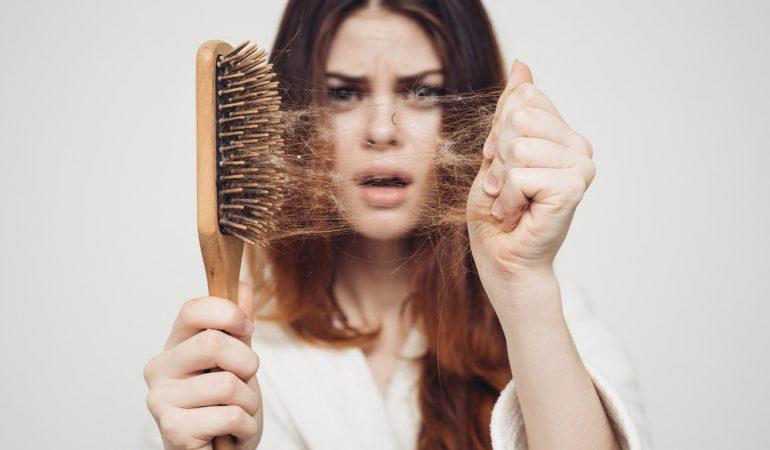 Warum fallen die Haare aus? Ursachen, Behandlung und Ratschläge