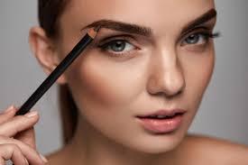 Wie verschönern Sie Ihre Augenbrauen? Kosmetikprodukte und Eingriffe für die Augenbrauen