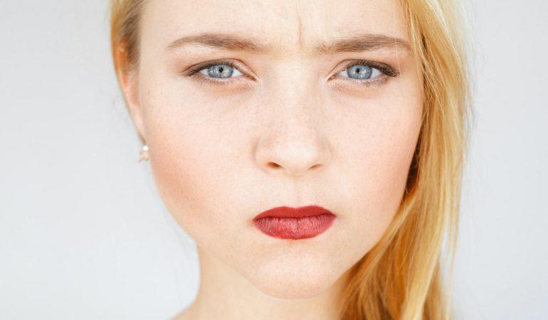 Konzentrationsfalte glätten – Kosmetische Behandlungen und Hausmittel